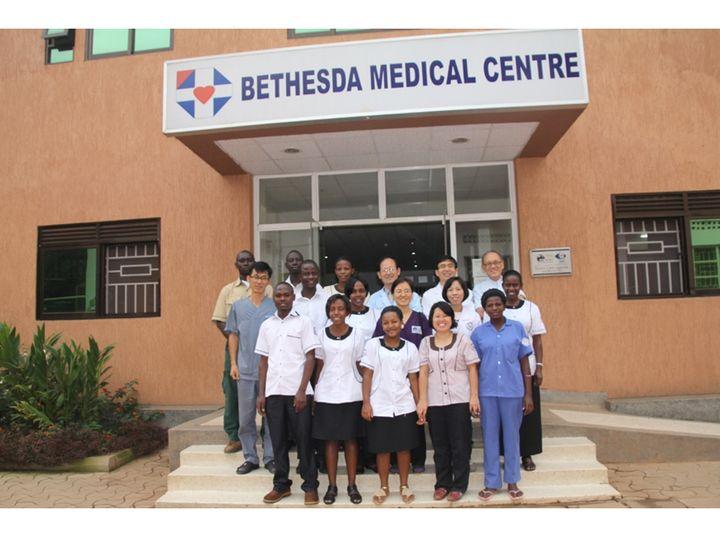 '베데스다 메디컬 센터' 앞에서 환히 웃고 있는 의료진