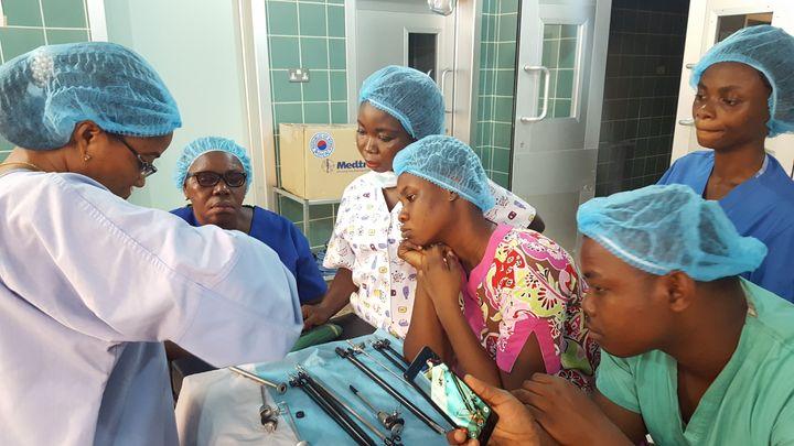 복강경 수술 교육 프로그램에 참여 중인 가나의 의료진