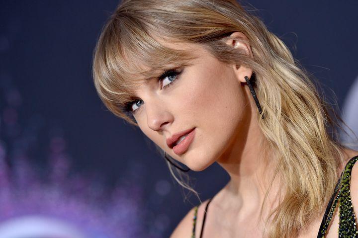 Ce n'est pas la première fois que Taylor Swift offre à ses fans des musiques à chanter pour Noël.