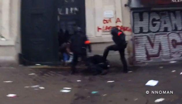 Cette vidéo montrant des policiers frapper un manifestant indigne l'opposition