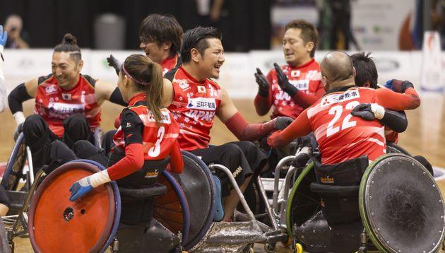 2018年の車いすラグビー世界選手権。オーストラリアを破って初優勝を決め、抱き合って喜ぶ日本選手