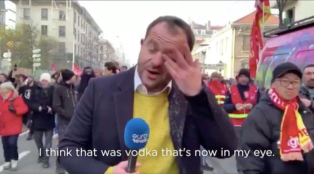 Oliver Miočić se frotte l'oeil après avoir reçu de la Vodka en plein visage durant la manifestation...