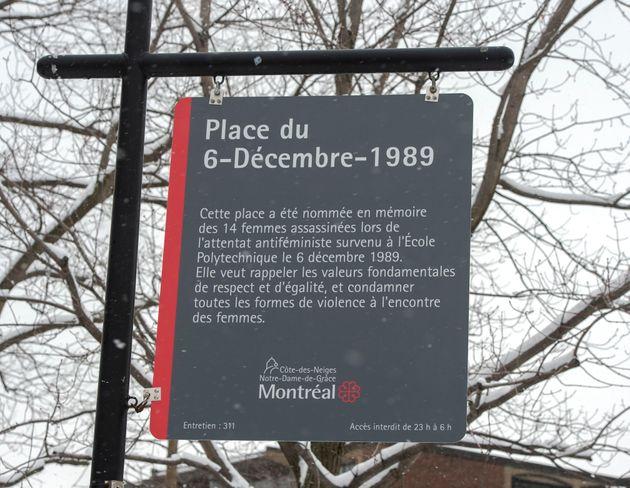 La nouvelle enseigne à la Place du 6-Décembre-1989 mentionne maintenant le caractère...