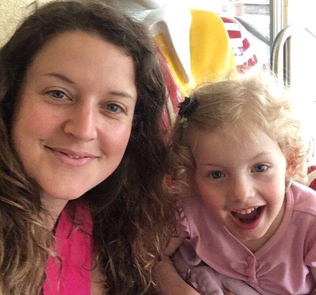 Mélissa Lebel et sa fille Laura, atteinte de paralysie