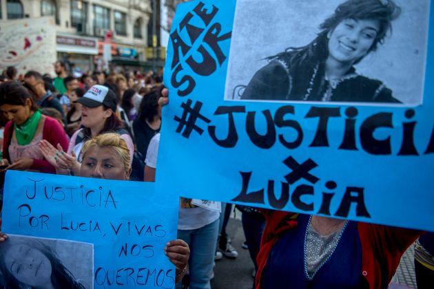 "Mulheres exibem cartazes durante marcha do movimento ""Ni Una Menos"", que exige justiça..."