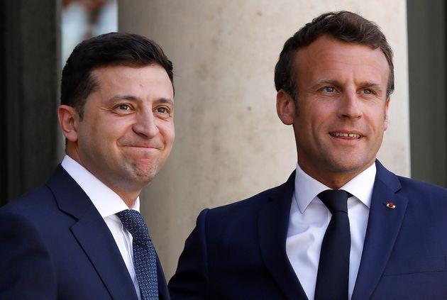 Emmanuel Macron et le président ukrainien Volodymyr Zelensky sur le parvis de l'Élysée...