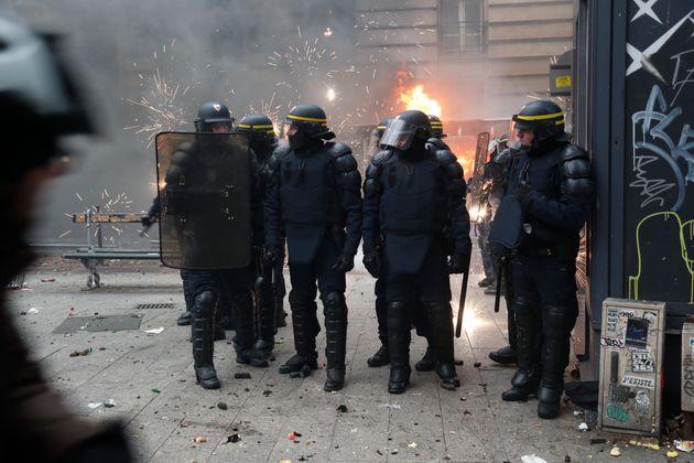 Des CRS dans les rues de Paris, le jeudi 5 décembre