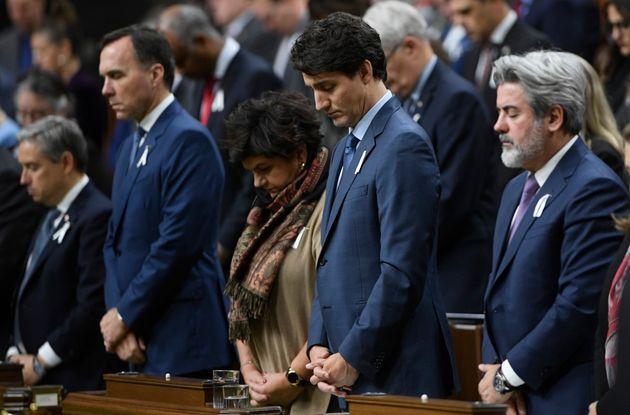 À la suite des discours, les députés ont observé une minute de