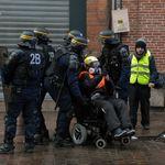 Une femme gilet jaune en fauteuil roulant condamnée pour violences envers des