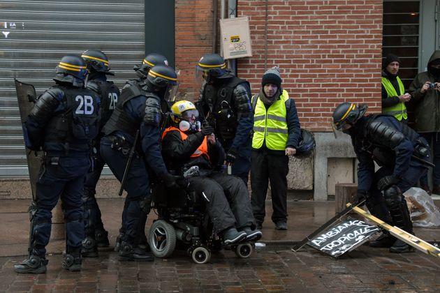La présidente de l'association de défense des droits des personnes handicapées Handi-social,...