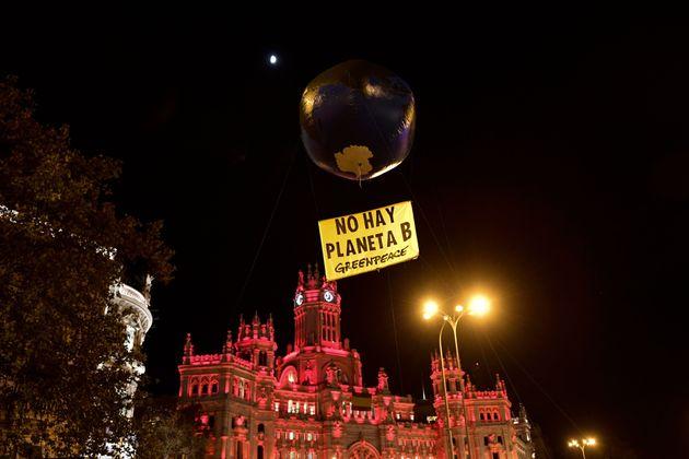 """Un globo en la forma de la Tierra se representa con un cartel que dice """"frente ... ="""" """"/> </span> </p> <p> <span class="""