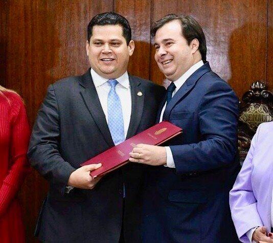 Presidentes do Senado, Davi Alcolumbre, e da Câmara, Rodrigo Maia, recebem reforma da