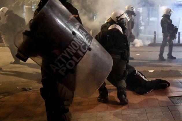 Υπό διερεύνηση καταγγελίες για υπέρμετρη βία από αστυνομικούς στις πορείες για τον