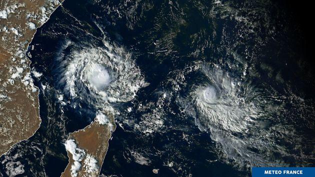 Le cyclone Belna (à gauche) identifié par Météo France touchera les côtes...