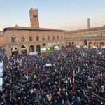 Migliaia per Bonaccini a Piazza Maggiore. Ci sono anche Prodi e