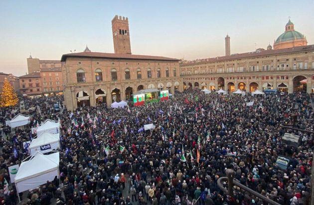 Migliaia per Bonaccini a Piazza Maggiore. Ci sono anche Prod