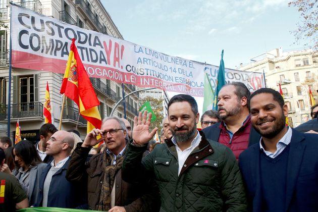 Santiago Abascal justo delante de la pancarta que dice ahora que no