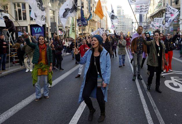 Un grupo de manifestantes corta la Gran Vía de Madrid para exigir medidas por la emergencia