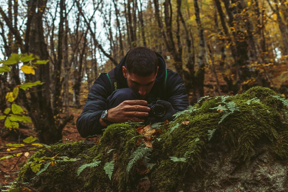 Σύντομη στάση για να καταγράψει ο Πάνος με τον φακό του την ομορφιά της φύσης