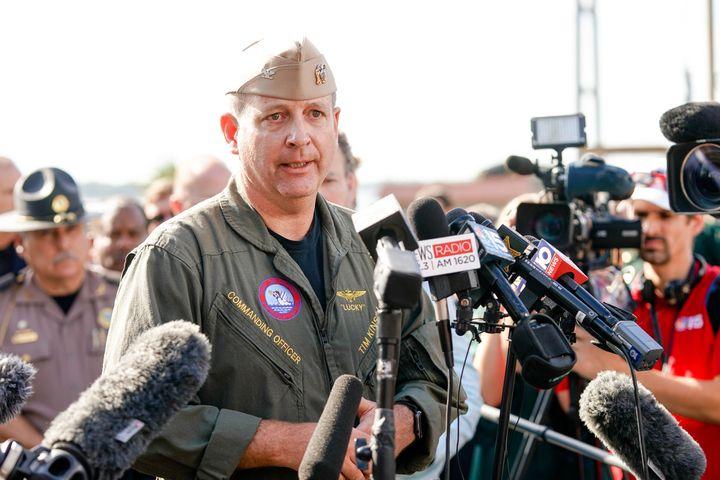 Le commandant Timothy F. Kinsella Jr prend la parole lors d'une conférence de presse à la suite d'une fusillade sur la base aérienne navale de Pensacola, le 6 décembre 2019.