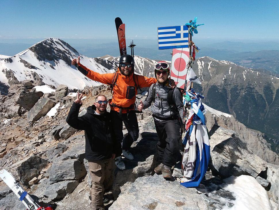 Ο Ηλίας, ο Μιχάλης Στύλλας και ο Γιώργος Θεολόγης στην κορυφή του Ολύμπου με ski και snowboard