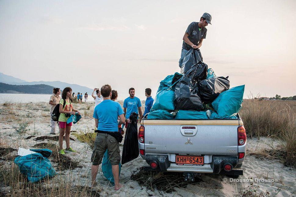 Εθελοντικός καθαρισμός της παραλίας Κεραμωτής.