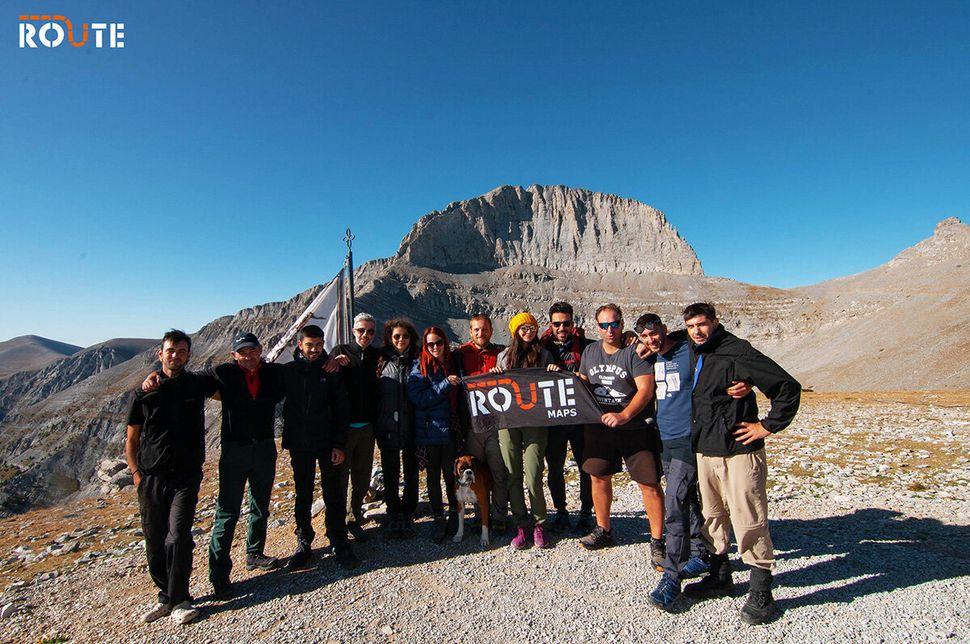Η ομάδα της ROUTE στον Όλυμπο με φόντο τον θρόνο του Δία.