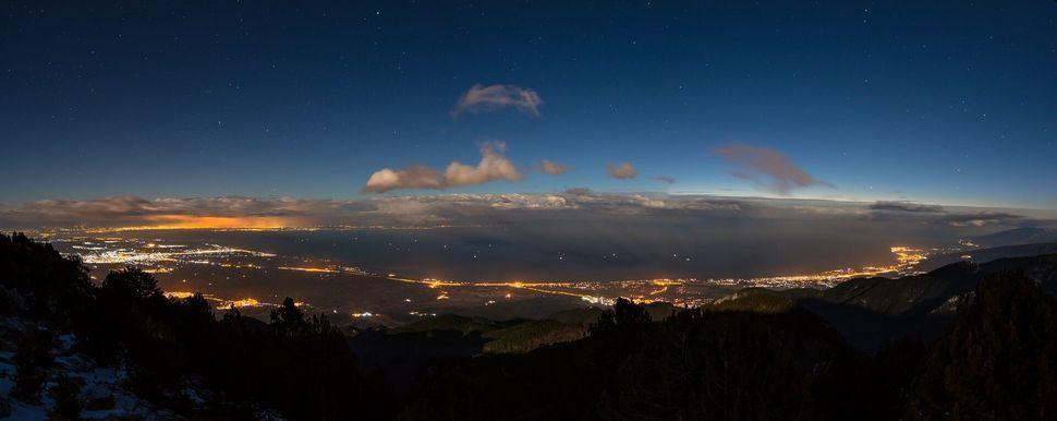 Πανοραμική θέα από τον Όλυμπο, το Λιτόχωρο και η Ολυμπιακή Ακτή μέχρι τη φωτισμένη Θεσσαλονίκη.