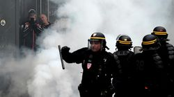 À Paris, des gilets jaunes ont continué à défier la police tard dans la