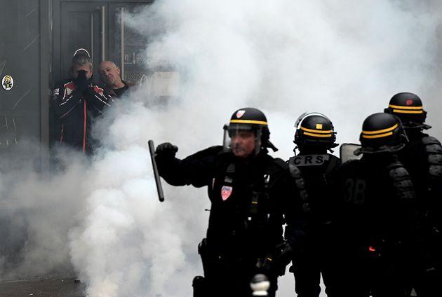 Des groupes de gilets jaunes se sont dispersés dans le centre des Paris après les manifestations...