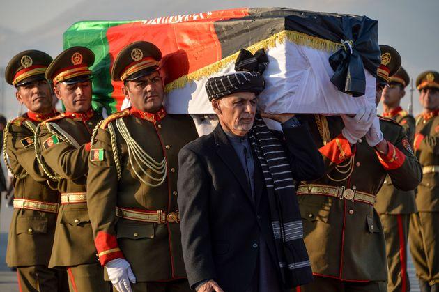 中村哲さんの棺を担ぐアフガニスタンのガニ大統領