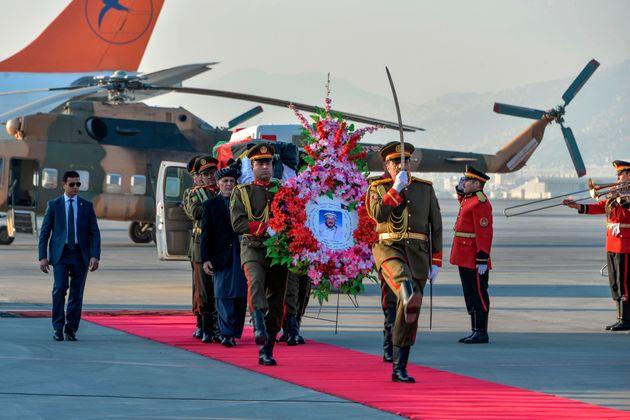 ガニ大統領も棺を担ぎ、航空機まで棺を運んだ。