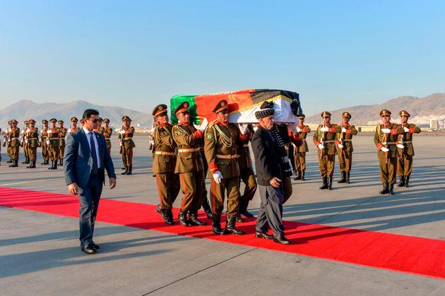 中村哲さんの棺、ガニ大統領が自ら担ぐ 遺体が帰国へ