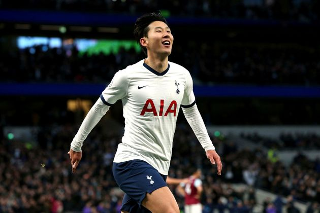 Son Heung-min tras anotar el tercer gol de Tottenham en la victoria 5-0 ante Burnley en la Liga Premier,...