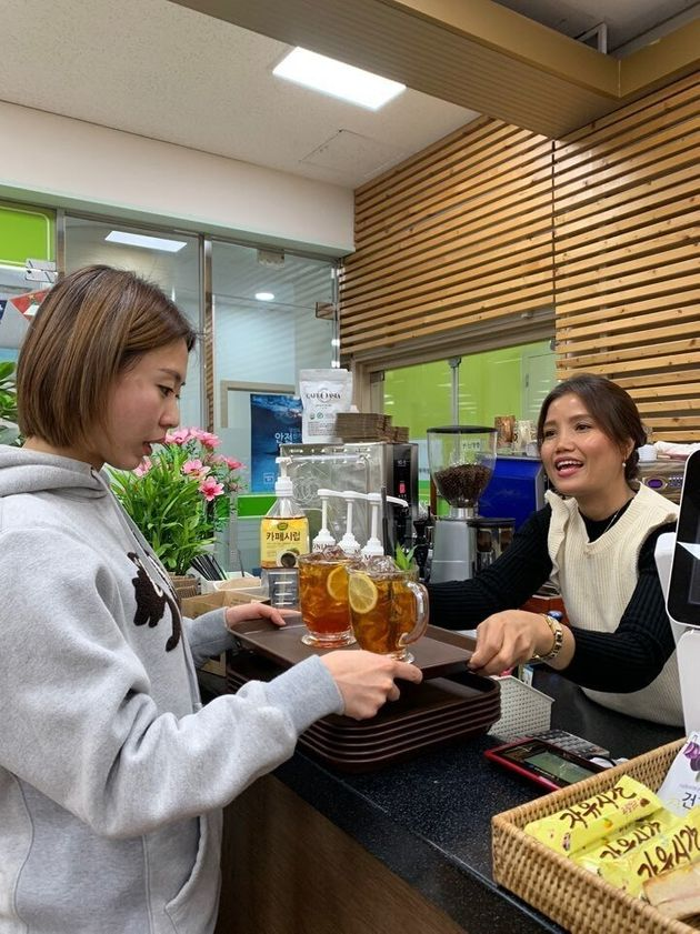 서울 광진구 카페오아시아 동부여성발전센터점 반말리 사장이 캄보디아티를 손님에게 내주고 있다. 그는 자신의 고국인 캄보디아의 차를 메뉴로 개발해 팔고