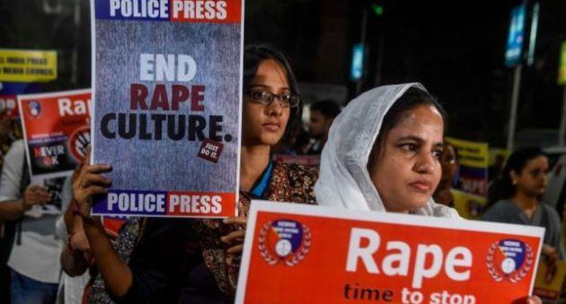 レイプ被害に抗議する女性たちのデモ