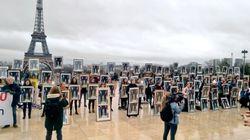 100 portraits décrochés de Macron au Trocadéro contre