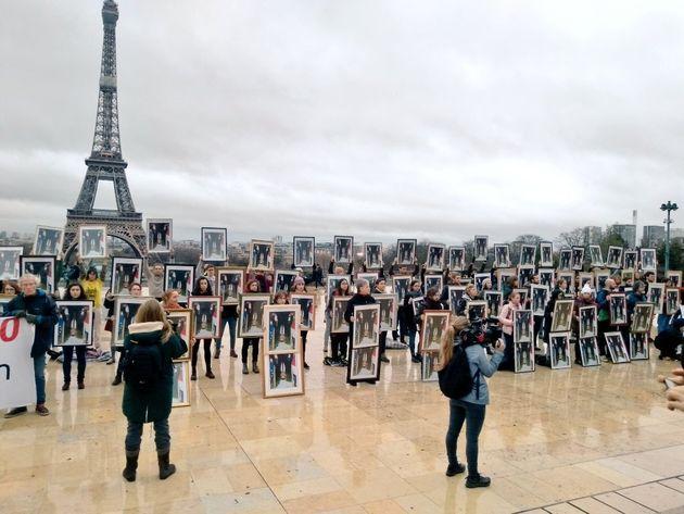100 portraits présidentiels décrochés d'Emmanuel Macron ont été exposés ce dimanche 8 décembre à Paris...