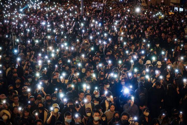 Les participants ont allumé la lumière de leurs téléphones, créant...