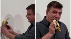 Un artista se come el plátano pegado a la pared que se vendió por 120.000