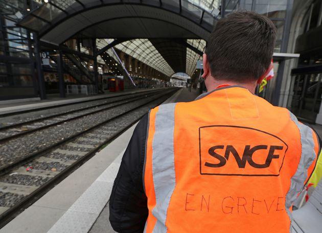 En pleine grève à la SNCF, des syndicats accusent la direction de
