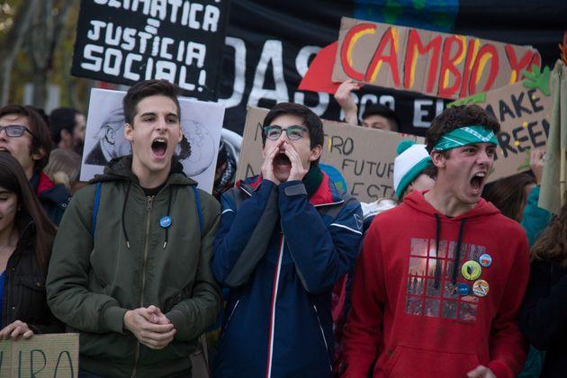 Jóvenes activistas participan en la reciente marcha por el clima en Madrid con motivo de la celebración...