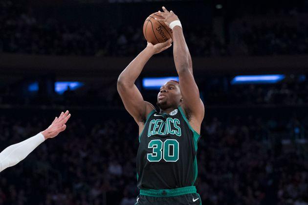 L'attaquant des Celtics de Boston Guerschon Yabusele tire le ballon pendant la deuxième moitié...