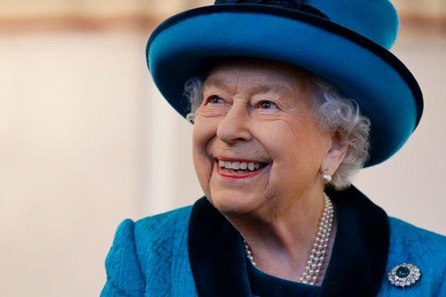 La reine Elisabeth II de Grande-Bretagne visite le nouveau siège de la Royal Philatelic Society...