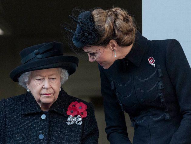 KateMiddleton et la reine Élisabeth II au service commémoratif au Cénotaphe...