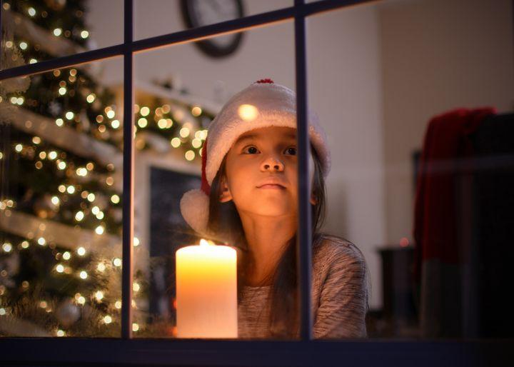 Απομακρύνουμε τα κεριά από το χριστουγεννιάτικο δέντρο.