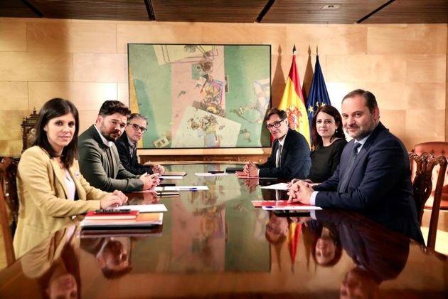 La portavoz del grupo socialista, Adriana Lastra; el secretario de Organización del PSOE, José...