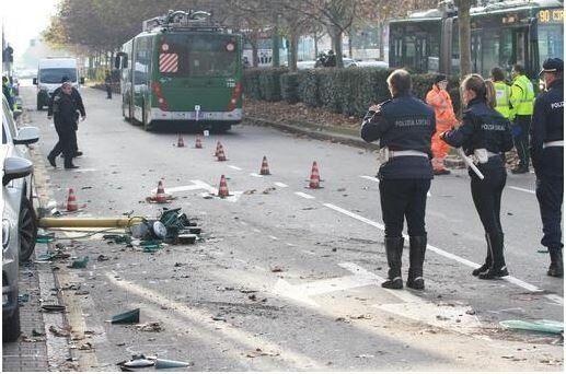 Milano, scontro filobus camion: indagati i conducenti dei me