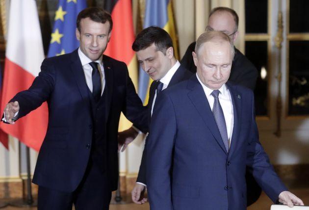 Première rencontre Poutine-Zelensky à Paris (accueillis ici par Emmanuel Macron) pour parler...