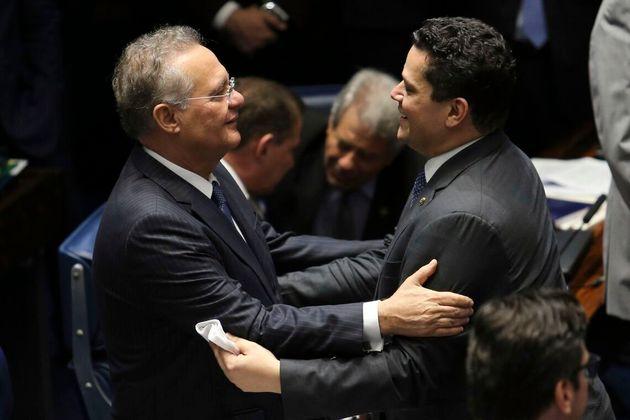Presidente do Senado, Davi Alcolumbre, aproxima-se do emedebista Renan Calheiros e, nos bastidores, lhe...